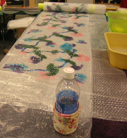 Thinsulate insulated Floral Roses Kup Kollar on the water bottle to hold in the cold.