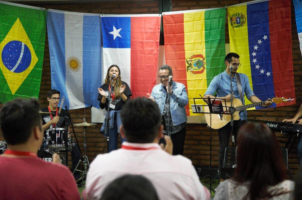 Noche de Alabanza con canciones de Adoremos Juntos