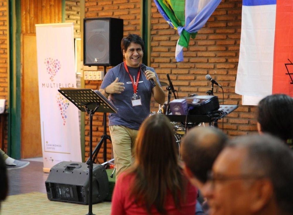 Pastor Juan Esteban Saravia comparte sobre el modelo profundo de plantación