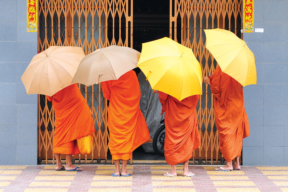 Monks on their daily tour in phnom penh_1500px.jpg