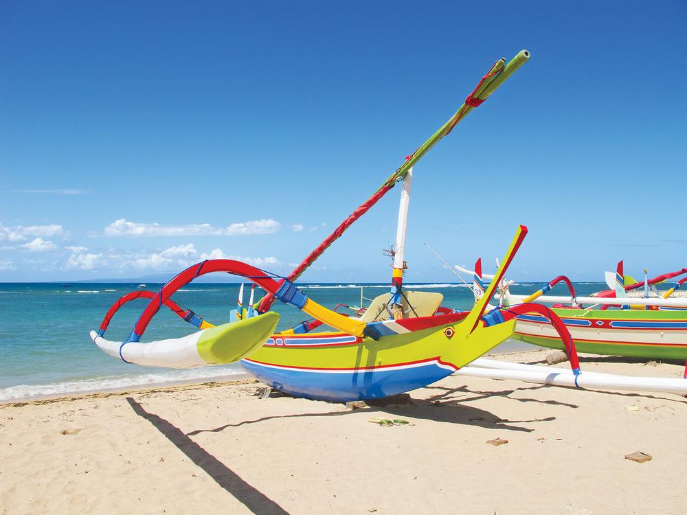 Traditional balinese ´Çádragonfly´Çá boat on the beach_1500px.jpg