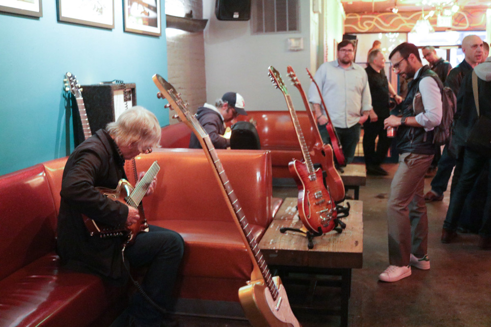 Lee Ranaldo samples a Koll RE 7-string through a Satellite Amplifiers Elmer combo. Eli Rodriguez looks on.