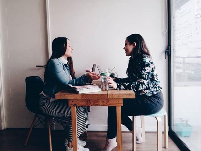 Hoy queremos compartir con ustedes el secreto del éxito entre socios de un negocio. - Primero💁🏻♀ La comunicación. Cuando dos o tres personas se unen a sacar a flote un negocio es necesario poner sobre la mesa la visión que tienen del éxito, los planes personales y profesionales, las frustraciones y los sueños. Y mantenerse al tanto si alguna de estas cosas llega a cambiar.🤷🏻♀ No hay nada que arruine más una sociedad que cuando se hacen planes individuales que repercuten en el negocio sin informar apropiadamente a las personas involucradas. - Segundo, encuentra un socio con el que compartas valores y filosofías de la vida. No decimos que sean almas gemelas 👯♀pero hay cosas en las que es clave estar alineados, de lo contrario puede que termines sintiendo que trabajar con esa persona es una pesadilla. - Pregúntense 👉🏼¿qué cosas les dan felicidad? ¿Qué los hace sentirse realizados como personas? ¿Cómo se imaginan el trabajo soñado? ¿Cómo les gusta relacionarse con las personas? ¿Cuál es su estilo de trabajo?, utilicen estas preguntas como punto de partida para conversar y vean si su filosofía como socios puede alinearse con sus aspiraciones como individuos. - Y por último, entiendan cuál es la relación que tienen con el dinero💸. Porque como dicen, cuentas claras conservan amistades y socios obviamente. Pregúntense,¿Cuál es la ética y la actitud que tienen frente al dinero? ¿Qué significa el dinero para ustedes?. - Poner siempre las cosas sobre la mesa de una manera directa, sincera y de corazón💖 es lo que hace que en los momentos difíciles un socio sea una mano y un hombro para apoyarse. - Porque seamos honestos, 🤷🏻♀es bullshit que el negocio es una cosa y la amistad es otra, la única manera de fortalecer una sociedad es creando lazos fuertes y reales con las personas. Nosotras algunas veces hacemos terapia de socias, y nos volvemos a hacer éstas preguntas, para estar seguras de que nos sentimos felices remando para el mismo lado y para valorar los talentos que cada una