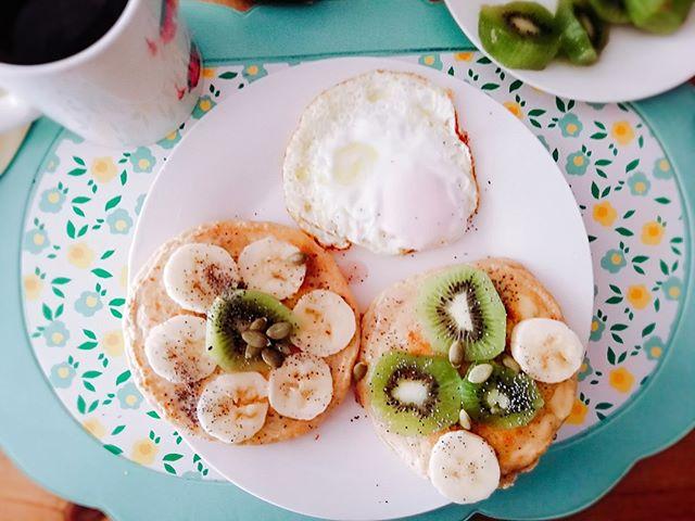 Ante todo la felicidad de aprovechar los feriados para consentirse con un brunch 🥞📸digno de foto. - ¿No creen que lo más sabroso del mundo es despertar y hacerse un desayuno modo pancakes con fruticas?🥝💖🥞. Aprovechar los feriados para hacer esas cosas que te recargan es maravilloso🎉 así que hoy decimos 💁🏻♀️💁🏼♀️#QueVivaElSelflove y #QueVivanLasPanquecas . . . . . . . . . #AnteTodoLaFelicidad