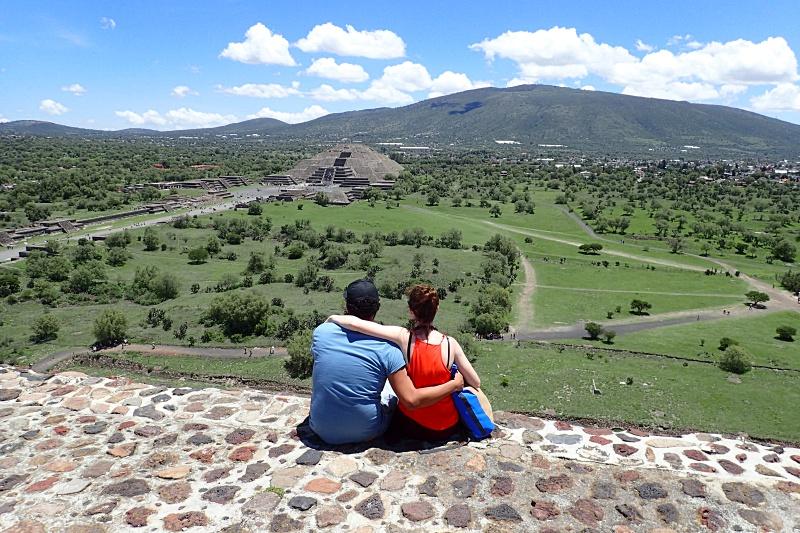 Mexico pyramid couple