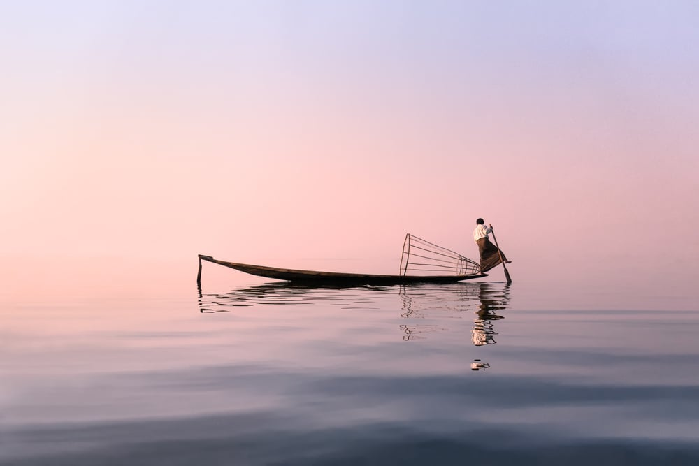 Inle_Lake_Rowing.jpg