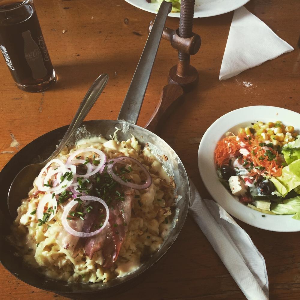 2. Käsespätzle mit Salat