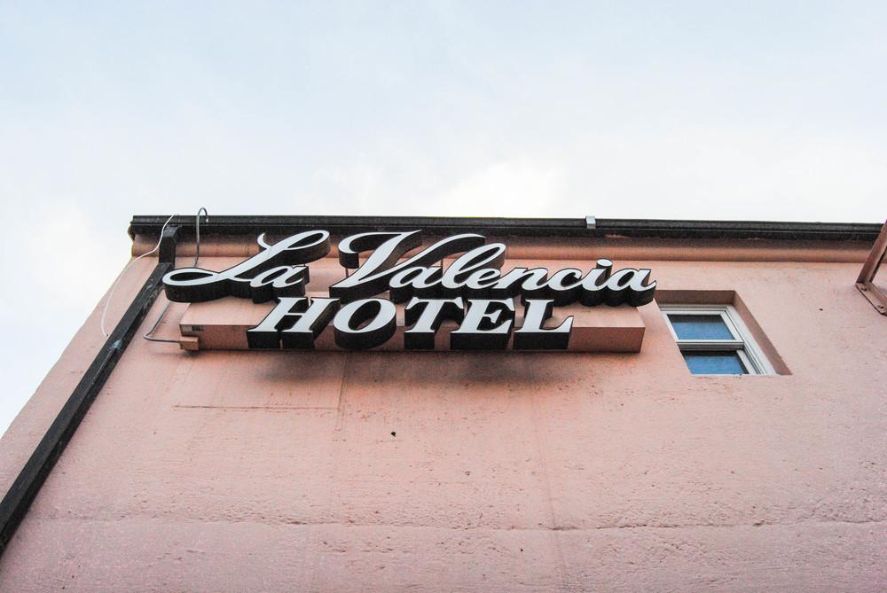 la-valencia-hotel-sign