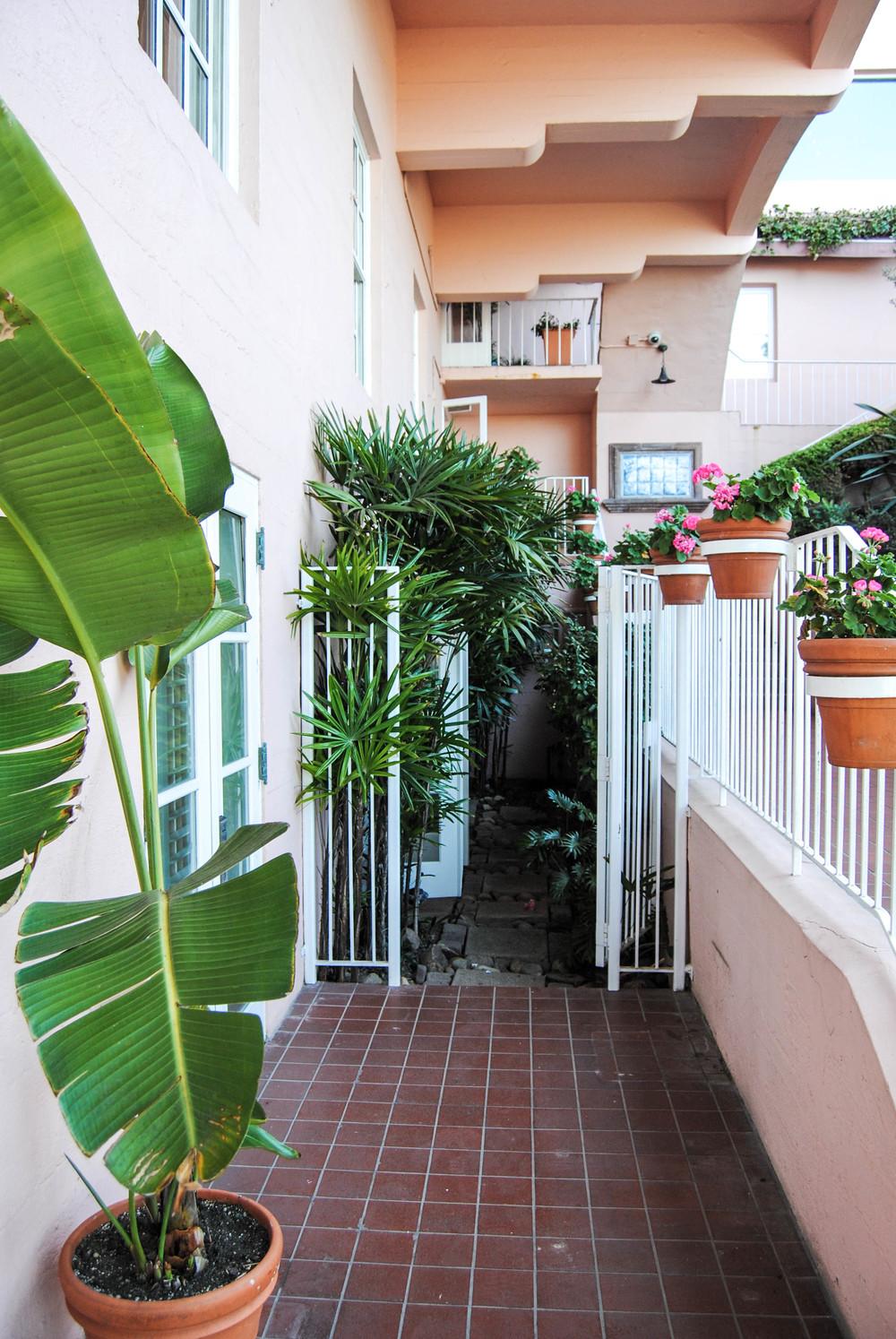 pink-hotel-la-valencia-travel-blog