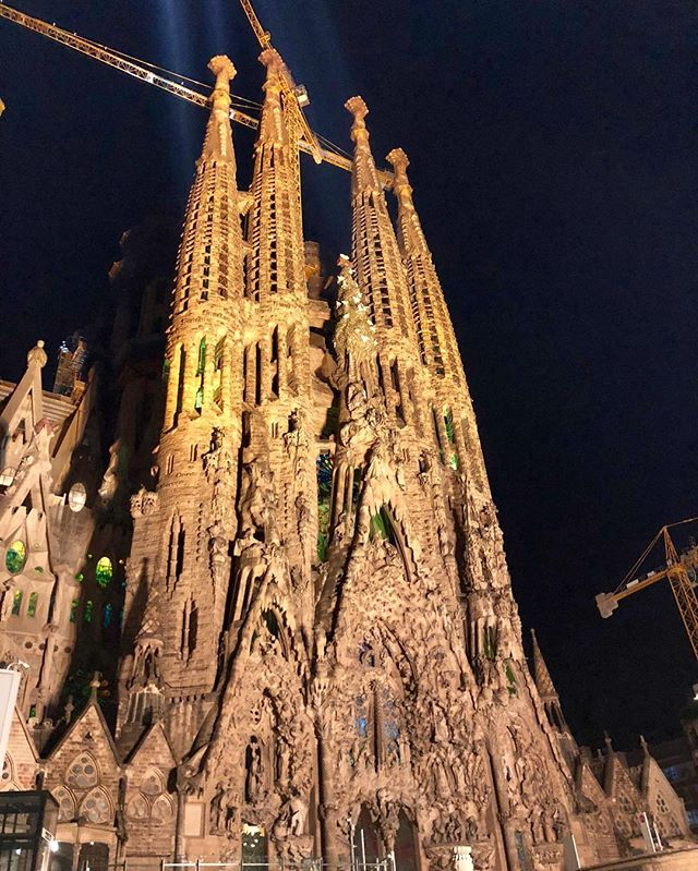 Sagrada Familia at night! #sagradafamilabarcelona #sagradafamilianight #100yearconstructionstillgoing #barcelonasummer2018 #gaudisagradafamiliachurch