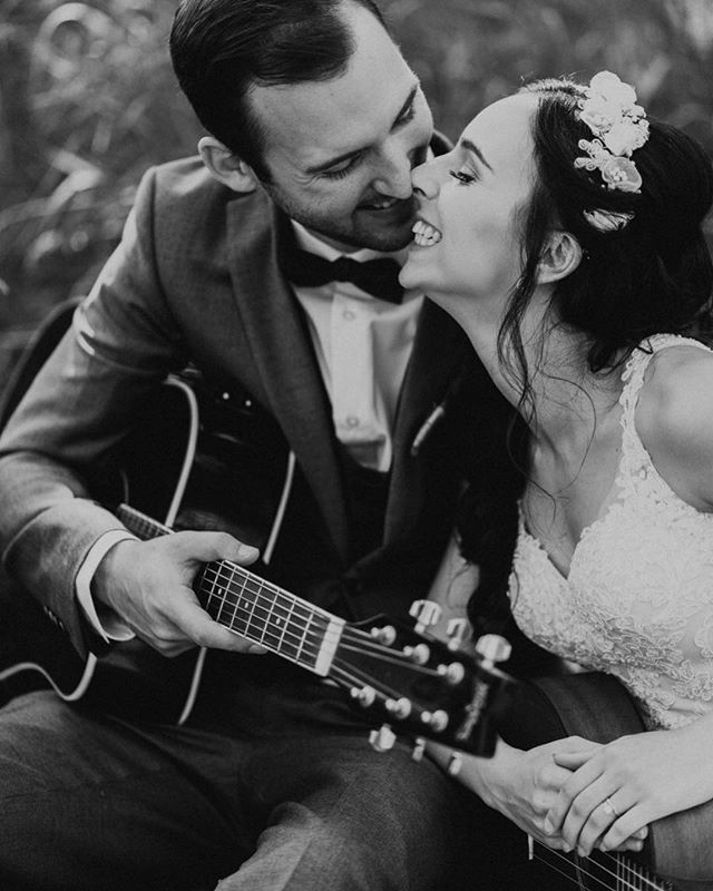 Serenading each other on your wedding day is ALWAYS a good idea. 🎻