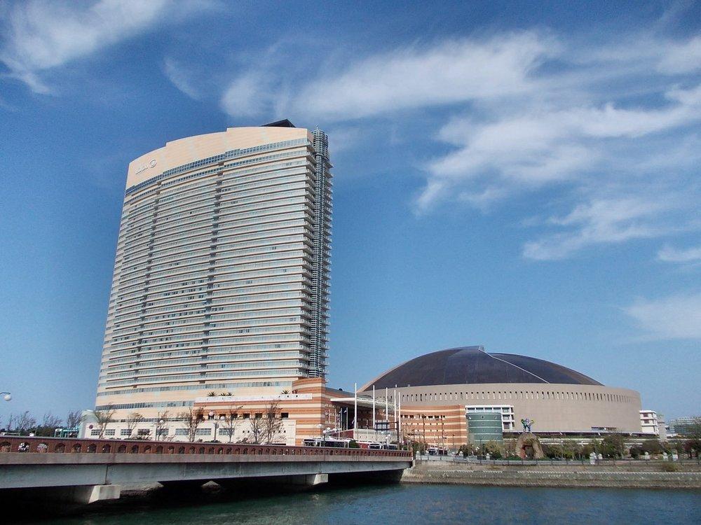 Hilton_Fukuoka_Seahawk_and_Yahoo_Dome_October_2011.jpg