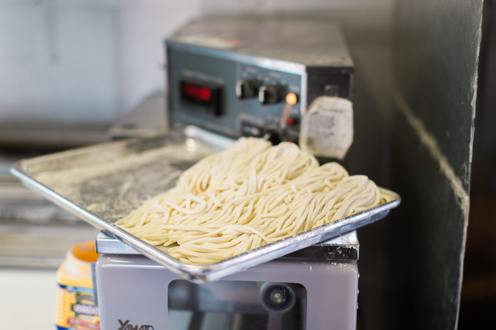 The noodles are cut with the classic Yamato machine.
