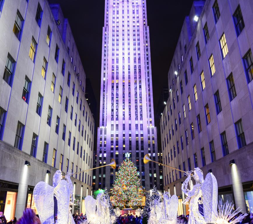 Главная Новогодняя елка страны на площади Рокфеллер Центра - Christmas tree at Rockefeller center29 Ноября 2017 – 7 Января 2018Если Вы в Нью-Йорке на Новый год, то это просто обязательное место для селфи :-) а если серьезно, то место и впрямь символическое, знаковое. И зажжение огнейна елке знаменует не только официальное начало празднований, но и олицетворяет преемственность поколений и уважение к традициям. Ведь впервые елку установили и нарядили рабочие, строившие Рокфеллер Центр, украсив ее клюквой, бумажными гирляндами и консервными банками.