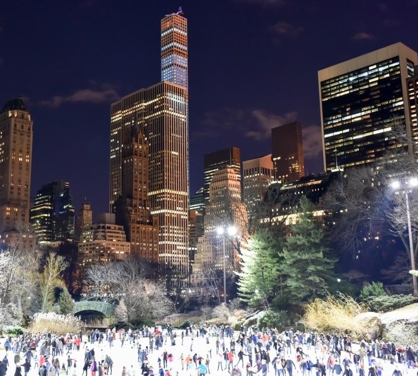 Каток в Центральном Парке - Central Park Ice RinkОткрыт с 22 Октября 2017Очень популярное, романтичное, атмосферное место, среди уходящих в небо небоскребов,в самом сердце Нью-Йорка. Здесь Вас ждутелка, разноцветные мелькающие огоньки, Рождественские песни,декорации и конечно же ощущение сказки и нереальности происходящего. Удовольствие не из дешевых, зато по такому зеркальному идеальному льду можно кататься хоть целый день!