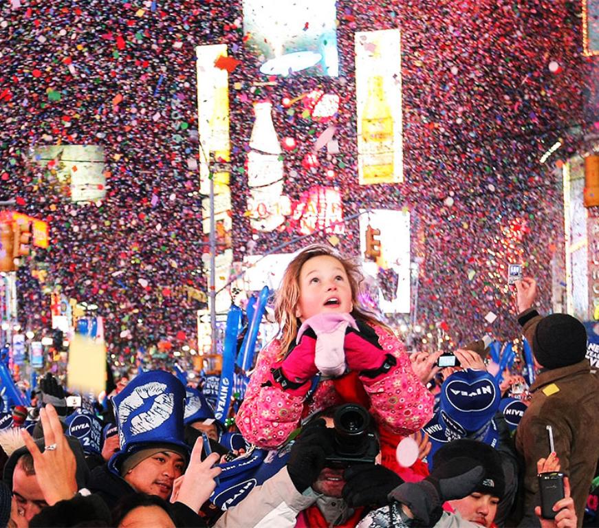 Просмотр падения шара на площади - Если Вы не против занять очередь с самого утра, то это вариант для Вас. Порядка 200 тысяч человек соберется на площади Таймс Сквер 31 декабря. И Вы сможете наблюдать падение шара в шумной толпе единомышленников.