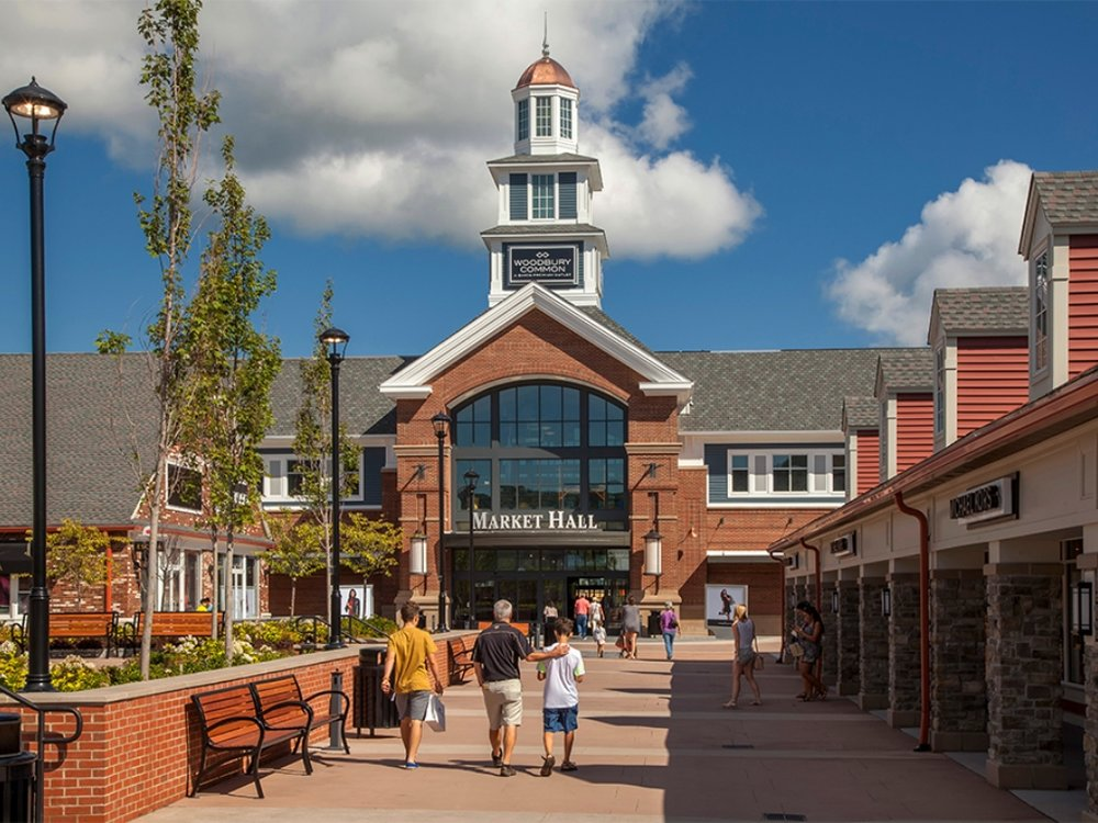 Woodbury Common Premium Outlets (Загородный аутлет) - 498 Red Apple Ct, Central Valley, NY 10917