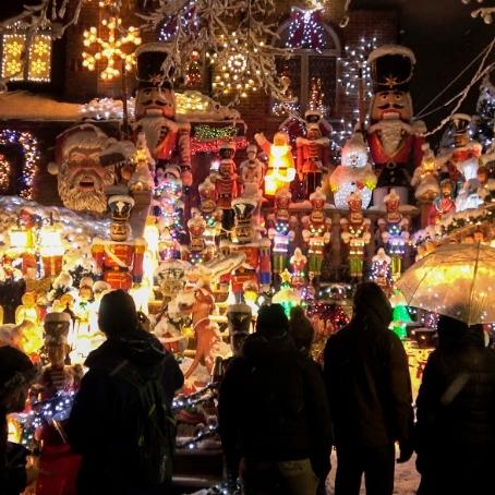 Жилой район с Рождественскими декорациями -