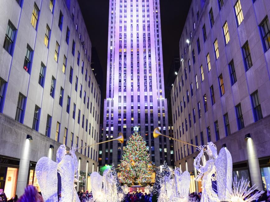 Главная Новогодняя елка страны на площади Рокфеллер Центра - Christmas tree at Rockefeller center28 Ноября 2018 – 7 Января 2019Если вы в Нью-Йорке на Новый год, то это просто обязательное место для селфи :-) а если серьезно, то место и впрямь знаковое. И зажжение огней на елке знаменует не только официальное начало празднований, но и олицетворяет преемственность поколений и уважение к традициям. Ведь впервые елку установили и нарядили рабочие, строившие Рокфеллер Центр, украсив ее клюквой, бумажными гирляндами и консервными банками.