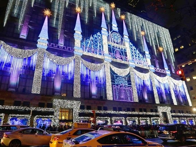 Световое шоу на здании Saks Fifth Avenue - The Winter Palace Saks fifth avenue christmas lights29 Ноября 2018 – 2 Января 2019Совершенно бесплатное чарующее световое шоу на фасаде здания Saks Fifth Avenue. Команда дизайнеров и техников работают как Санта и гномы, не покладая рук, чтобы вновь и вновь радовать нью-йоркеров и гостей города незабываемым традиционным представлением из световых сосулек, хрустальных шпилей дворцов, снежных арок и чарующих преобразований фасада и захватывающих дух спецэффектов.