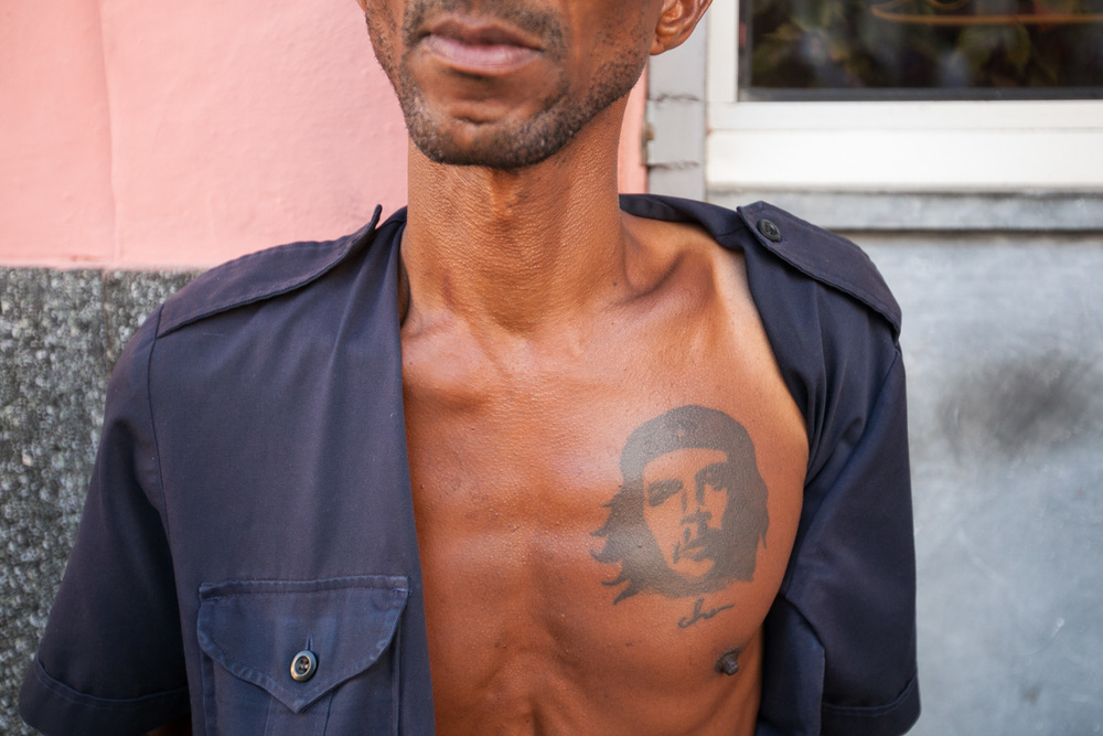 Along the wall of Floridita – one bar made famous by Ernest Hemingway – this man displays his tattoo of Che Guevara, a prominent figure of the Cuban Revolution and a symbol of counterculture.