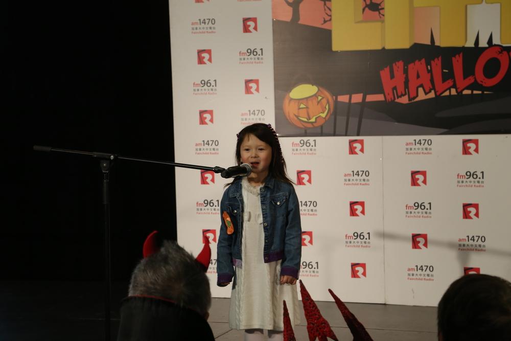 维智Dora是今年little Sunshine最小的一个小朋友,才刚刚4岁,简直萌翻现场.
