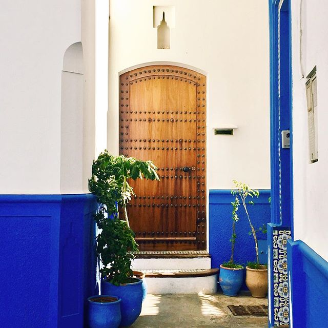 that feeling when a place starts to feel like home: there's more to it than more than knowing how to get around; it's comfortably greeting people on the street, talking to the little old man serving coffee at the cafe next door, and craving a cup of hot, sweet mint tea 🌿 . . . . . #discovermorocco #dooroftheday #doorways #abmtravelbug #abmlifeiscolorful #yallahabibi #asilahmorocco #assilah #moroccanvibes