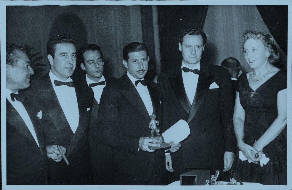 Jordi Tusell Coll, fundador de Estela Films, sostiene el Oso de Berlín en 1958, premio que obtuvo por la película Amanecer en puerta oscura. El segundo por la izquierda es el director de la misma, José María Forqué.