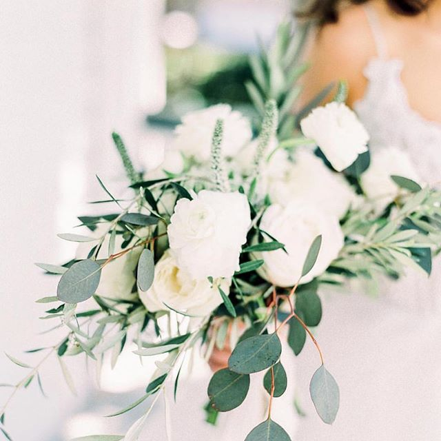 Hello, wedding bouquet! . When your friendor totally knocks your vision out of the park! Florals by the ever so talented, @waitingonwildflowers! 🙌🏼🙌🏼 . Photo: @amyjowenphoto