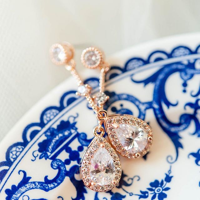 Dreaming of Hannah & Chad's October wedding day from a couple of weeks ago! It's a gloomy day here in South Carolina but these details are so bright and cheerful! . Hannah's rose gold jewelry accented her color scheme so perfectly! And can we talk about this vintage blue china plate from Paris that Amy used for styling!?!YES MA'AM 😍 . Photo: @amyjowenphoto