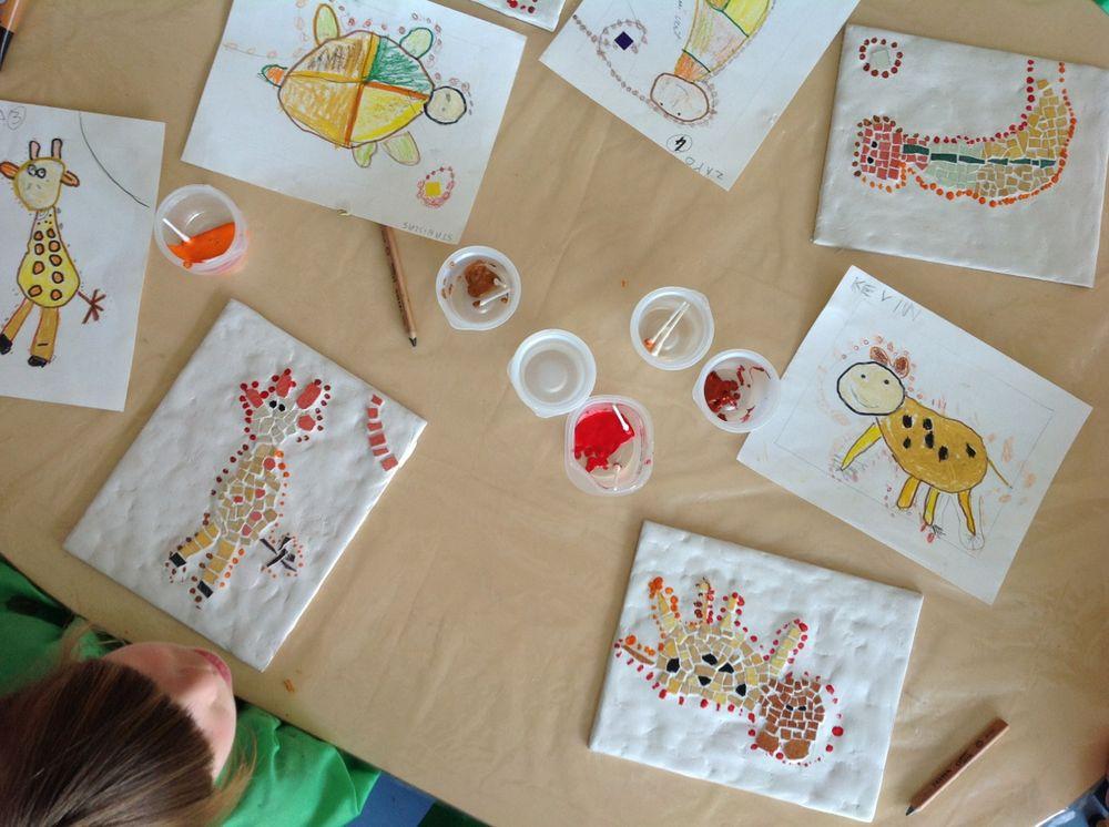 l'art aborigène réinventéen mosaïque par les élèves