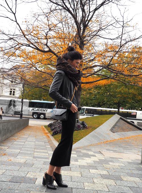 foto blog looks de tendencias de moda con un vestido negro capturada con la mejor camara digital olympus