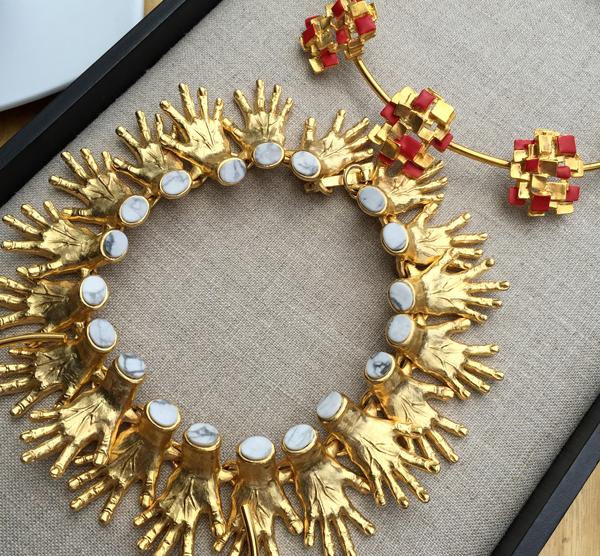 Las joyas y pulseras de oro de la diseñadora pr series estan en las tendencias mundiales