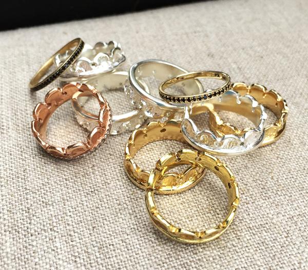Anillos de varios tamaños son las tendencias de la moda en oro amarillo oro rosado y plata