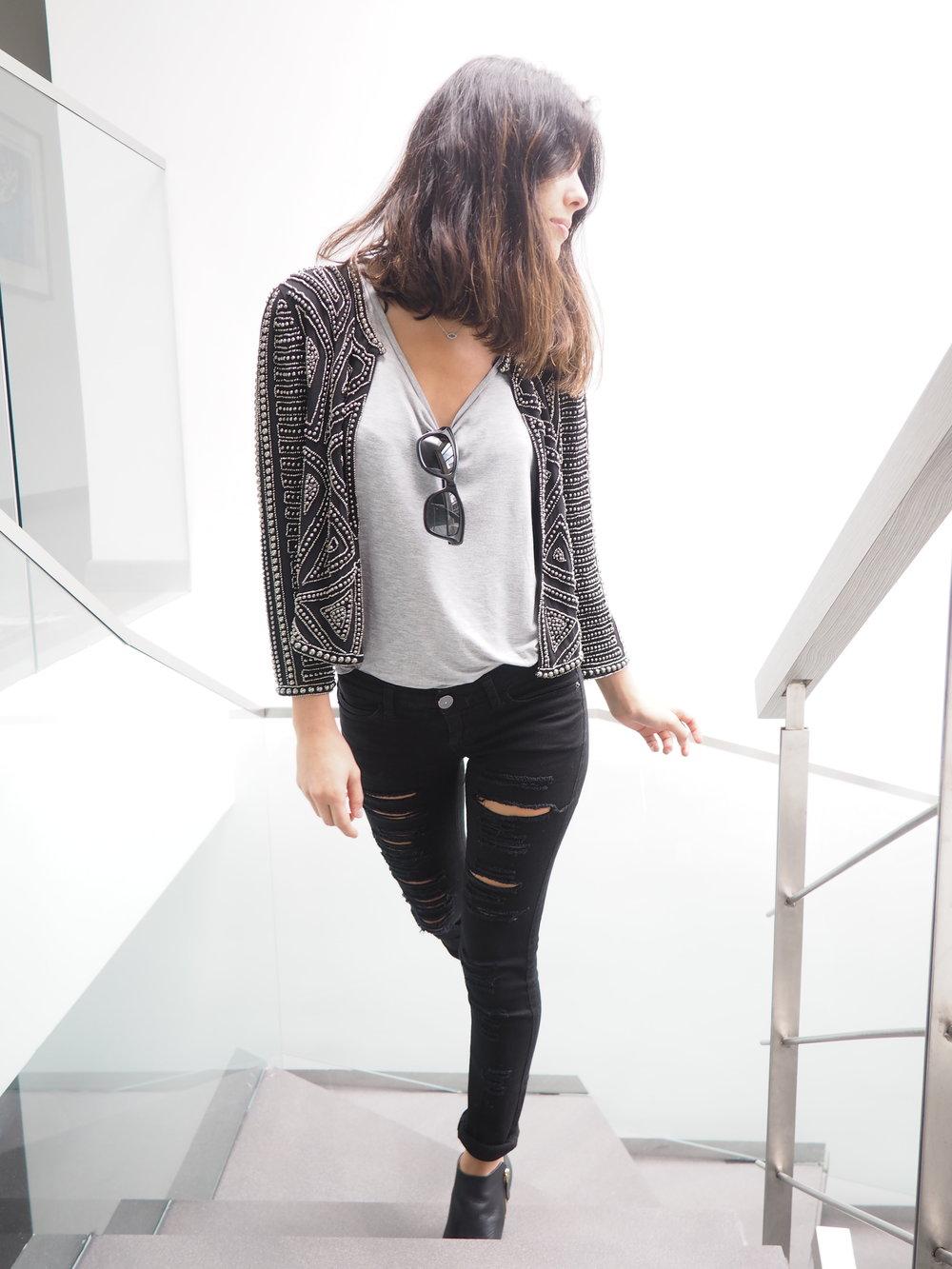 Chaqueta de taches y jeans rotos moda cool y street style