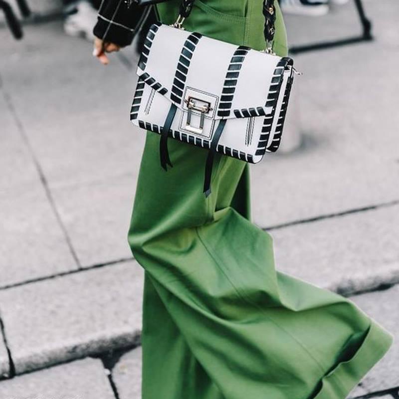 moda-cool-fashiontop5-ana-buendia-cartera-blanca-negra.jpg