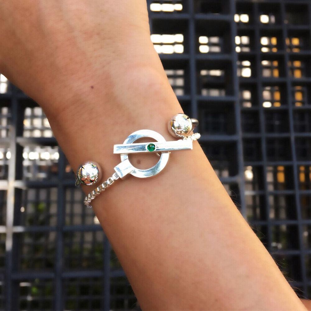 ana-buendia-jewelry-disenadores-latinos-latin-designers-best-pulseras-esmeraldas-plata-3.jpg