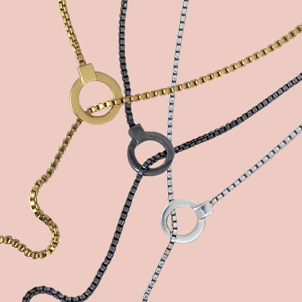 ana-buendia-fashion-top5-blogger-moda-colombiana-cadenas-plata-rodio-negro.png