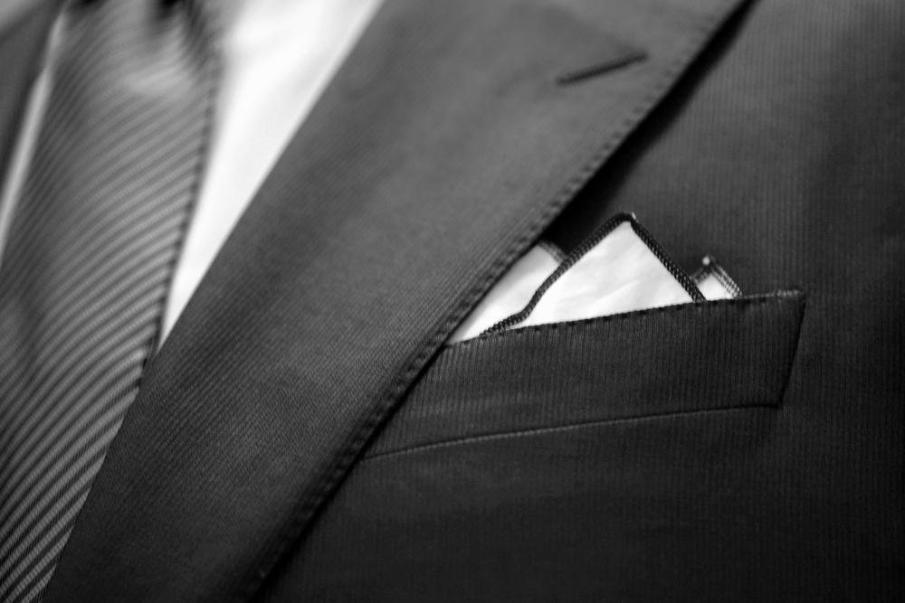 ABITO     Un piccolo capolavoro    Scegli il tessuto, il modello, le fodere e i bottoni. Grazie al lavoro sartoriale di taglio e intelatura una piccola opera d'arte prende forma attorno a te.Le impunture della giacca, i dettagli del collo e dei pantaloni, l'applicazione delle fodere e dei bottoni, il ricamo delle iniziali e tanti altri piccoli particolari sono realizzati e applicati a mano secondo la tradizione artigianale, sinonimo di eleganza e prestigio.   L'esperienza di indossare un abito su misura è unica.
