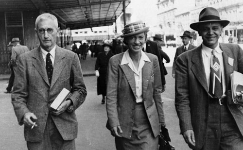 Lucy B. Moore (center) with fellow botanists Harry Howard Barton Allan (left) and G. F. Papenfuss (right) in Auckland, 1949.