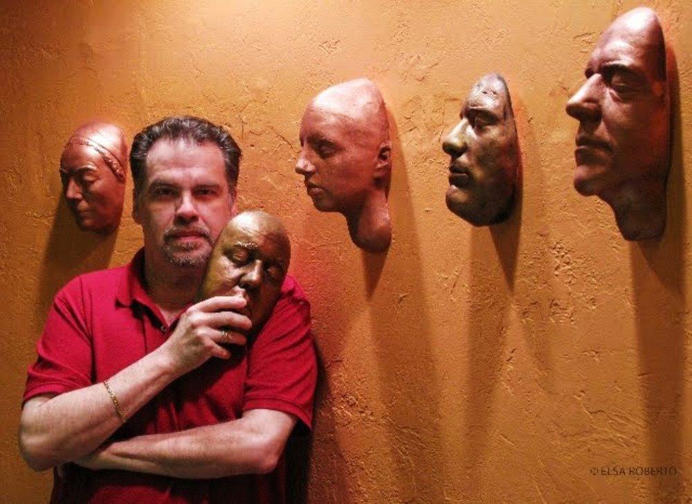 retrato del directo Gonzalo Rodriguez sosteniendo una mascara de teatro