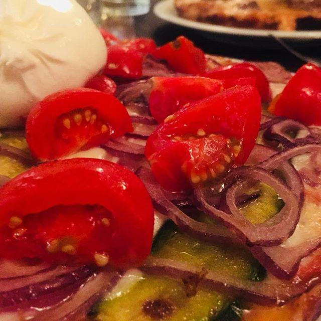 L'autunno è arrivato, ma noi abbiamo ancora voglia di estate... pomodorini, zucchine, cipolla e burrata, gnam!  #lapizzacciatorino #burrata #gnam #autunno #estate #equinozio #pachino #torino #pizzaalpadellino #pizzaaltegamino #pizza #pizzatorino