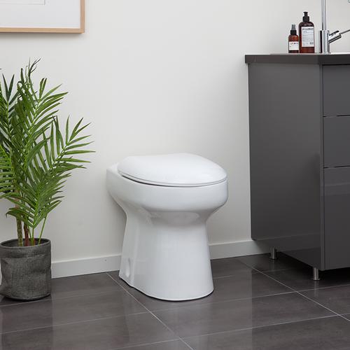 Inne i huset så finns endast toalettstolen. Den används precis som en vanlig toalett, men har ingen vattentank i sig, utan vattnet i skålen återfylls efter varje spolning direkt från vattenledningen.