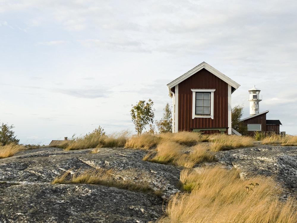 På öar, i skogen eller på landet. Porslinstoan som passar i alla typer av stugor, hus eller attefallshus!