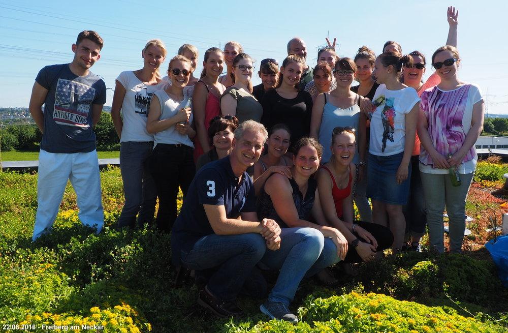 Unsere hochgeschätzte Mitarbeiterin Frau Meissner (unten Mitte) zieht in die Heimat nach Sachsen zurück. Wir werden Sie alle sehr (!!!) vermissen und wünschen ihr für die Zukunft alles Gute.