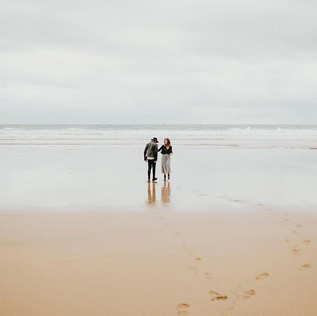 Solos. En la playa. • . • . • . #mariposas&huracanes #wedding #boda #fotografodebodas #zaragoza #love #fotografodebodaszaragoza #engagement #vestidodenovia #bridedress #forestwedding #bodas2018 #bodas2019 #fotografozaragoza #playa #dirtybootsandmessyhair @dirtybootsandmessyhair
