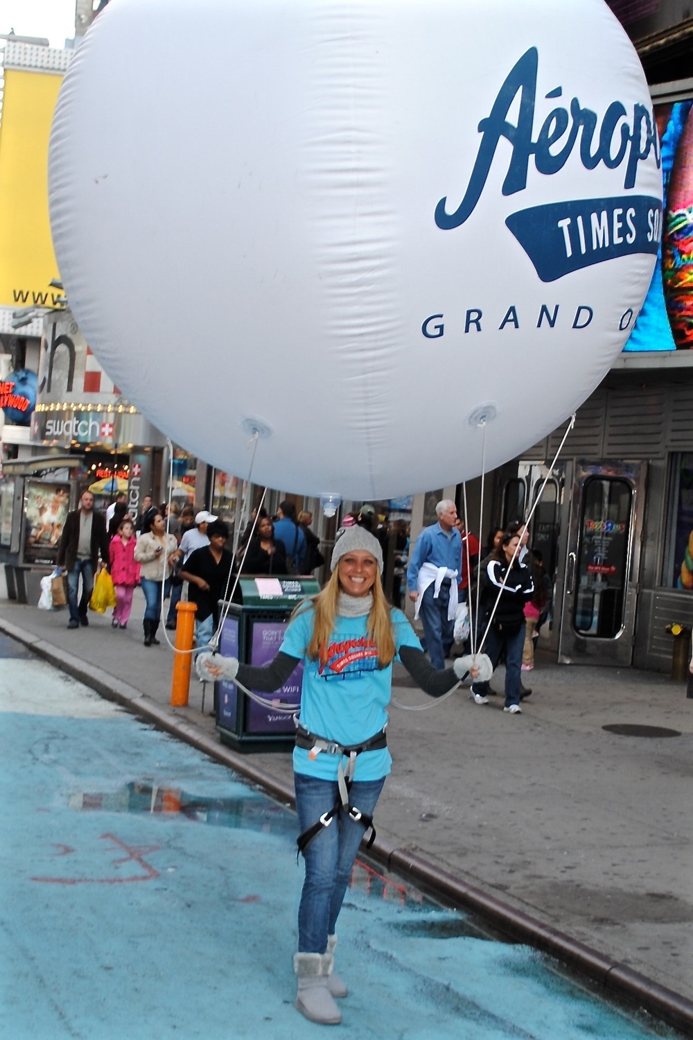Bubbly Aeropostale model in Times Square
