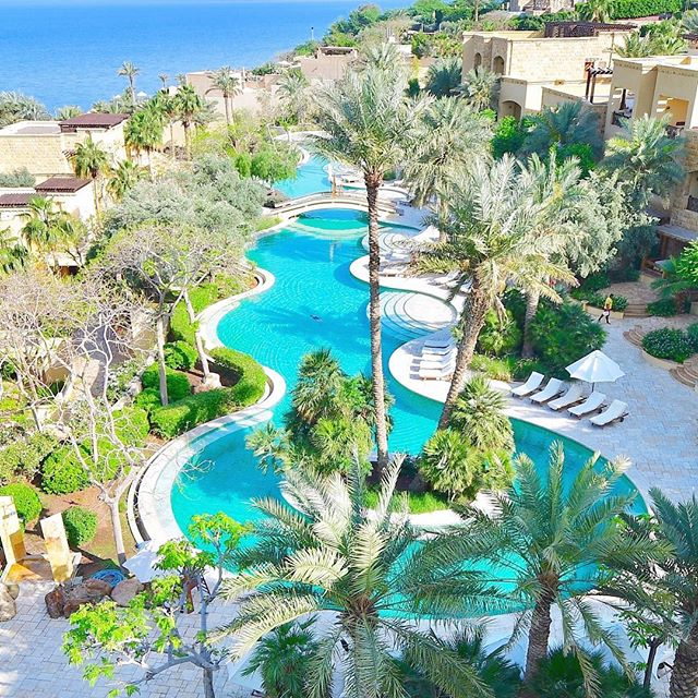 Swim with me 🤗💙☀️🏝👙🇯🇴 . #Kempinski #KempinskiIshtar #DeadSea . #HappyHappyHappy #HappyTravel #LuxuryTravel #HappinessInJordan #TheHappyTravellers . Click link in bio to read the full review of our stay 🔎