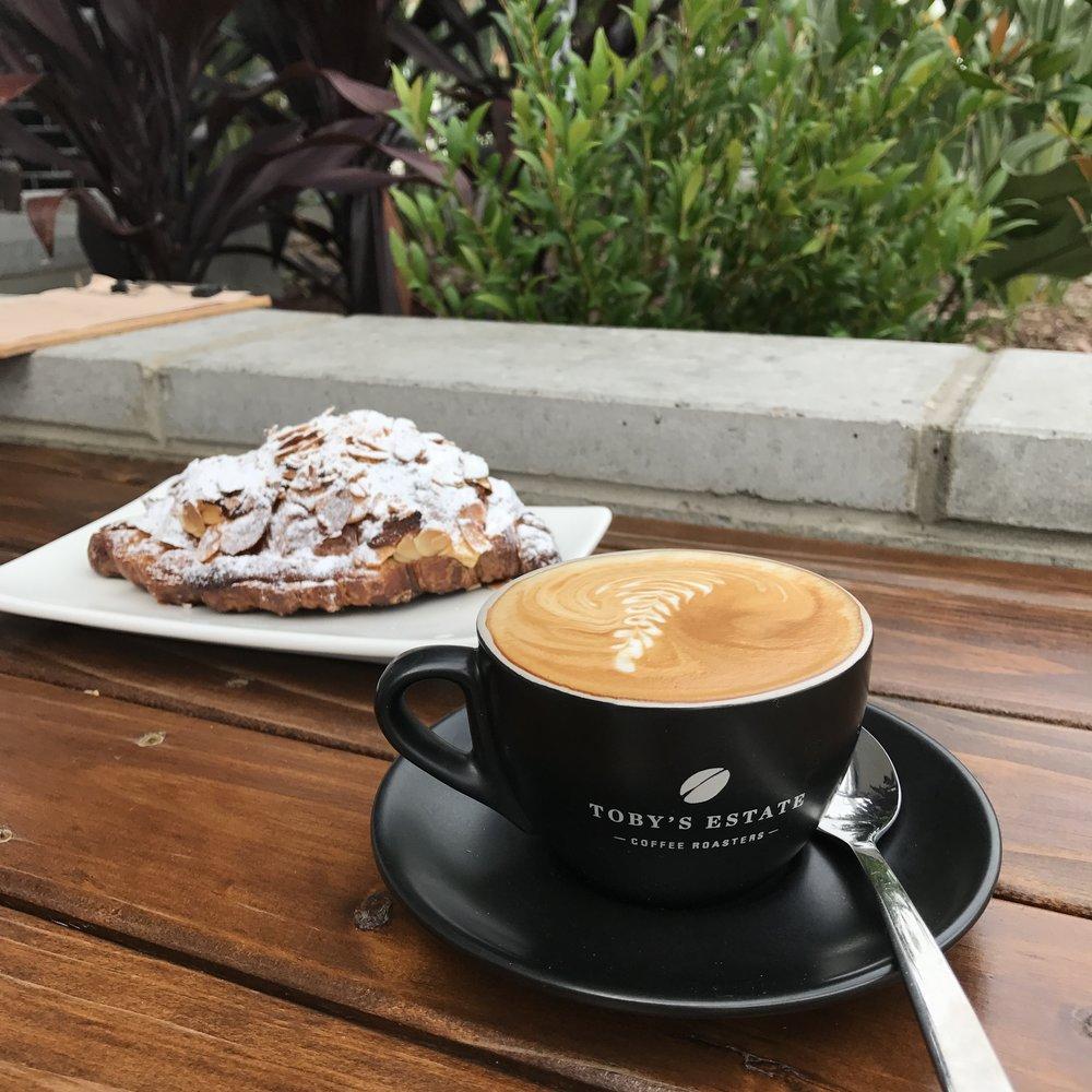 Oblíbená kavárna s pekárnou, kde mají výborné flat white coffee, chleba jako z Esky v Praze a croissanty skoro jako z Francie. A jen 400m od domu. ❤️