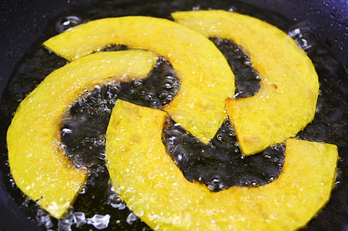 Frying slices of squash